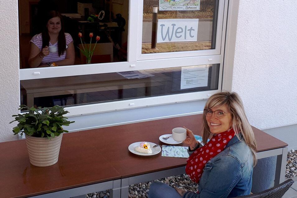 Einer drin, einer draußen: Durch dieses Fenster können im Riesaer Azurit-Seniorenzentrum jetzt Bewohner wieder ihre Angehörigen treffen. Die Besuchszeit ist allerdings begrenzt.