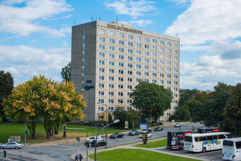 Markanter Zwölfgeschosser in prominenter Position: Das Hotel am Terrassenufer soll saniert und neu gestaltet werden.