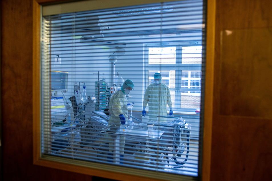 Mediziner und Pfleger versorgen einen an Covid-19 erkrankten Patienten auf der Intensivstation des Universitätsklinikums Greifswald. Ob der Patient je wieder richtig gesund wird, ist unklar.