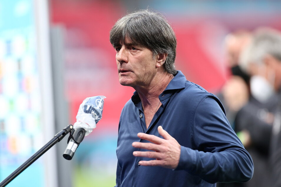 Ein letztes Interview als Bundestrainer: Joachim Löw muss die 0:2-Niederlage gegen England und das EM-Aus erklären.