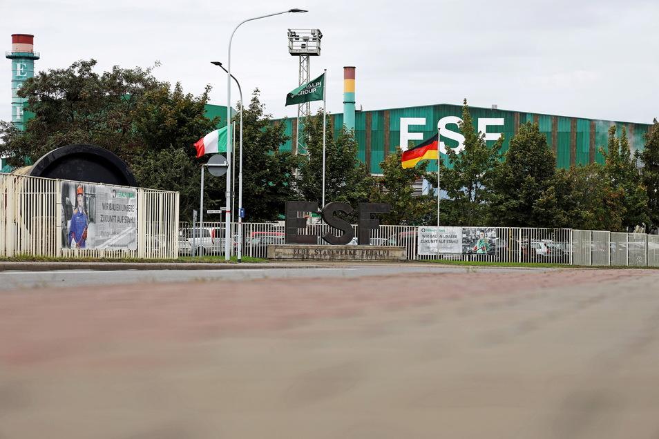 Die Fahnen Italiens und Deutschlands wehen vor dem Riesaer Stahlwerk: Vor fast 30 Jahren hat Feralpi den Traditions-Standort übernommen.
