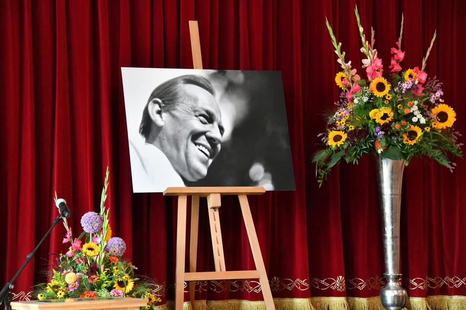 Ein Bild von Herbert Köfer steht bei der Trauerfeier der Stadt Beelitz auf der Bühne