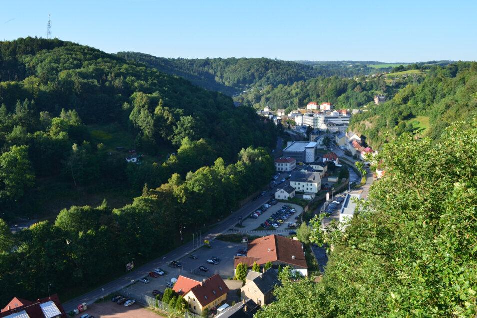Blick von der Bastei auf den Ochsenkopf und die Stadt Glashütte.