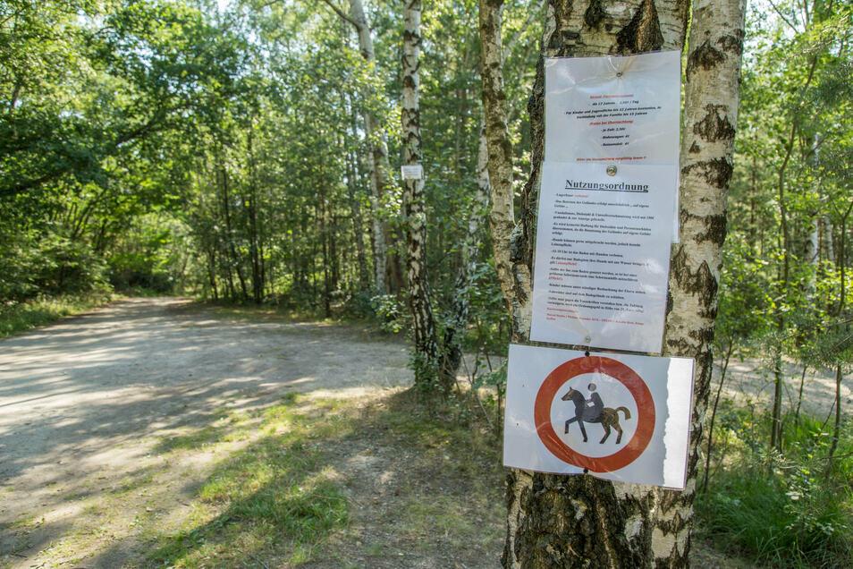 Auf den Wegen des Geländes rund um den Inselsee hat Pächter Marcel Jentho Verbotsschilder für Reiter aufgehängt. Drei Frauen, mit denen er kürzlich aneinander geriet, wollen das nicht gesehen haben.