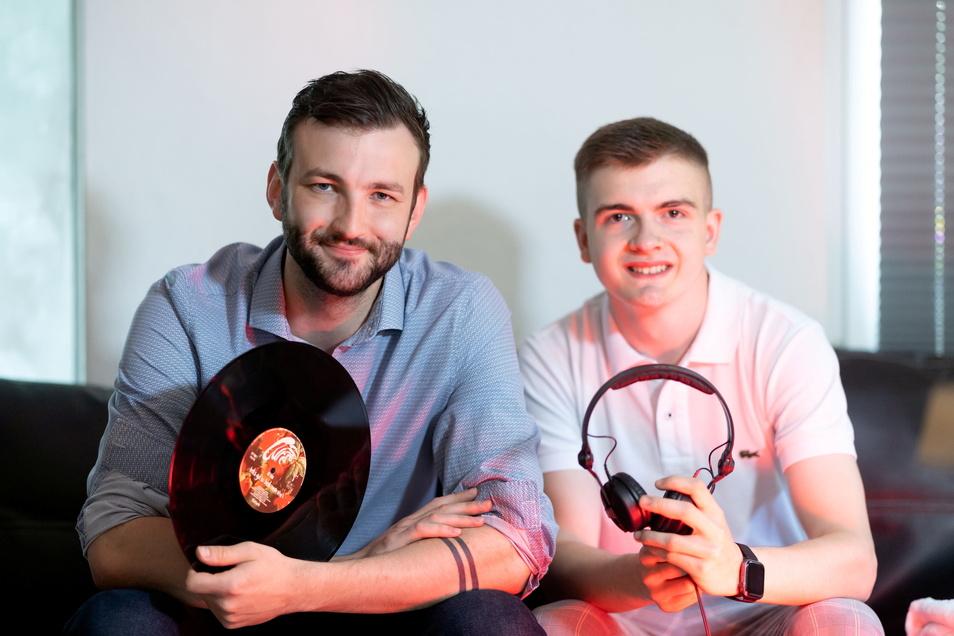 Haben zusammen ein Label für Elektromusik gegründet: Frederik Nebrich, der Junior-Chef vom Kirschauer Hotel Bei Schumann (l.), und Nino Neumann, DJ aus Ebersbach-Neugersdorf.