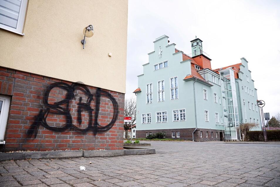 Unschön - die Schmiererei in Sichtweite des Gröditzer Rathauses entstand in der Nacht zum Ostermontag.