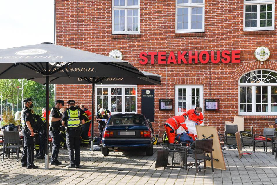 Zwei Restaurantgäste wurden von dem Wagen mitgerissen und zwischen dem Auto und einer Hauswand des Restaurants eingequetscht.