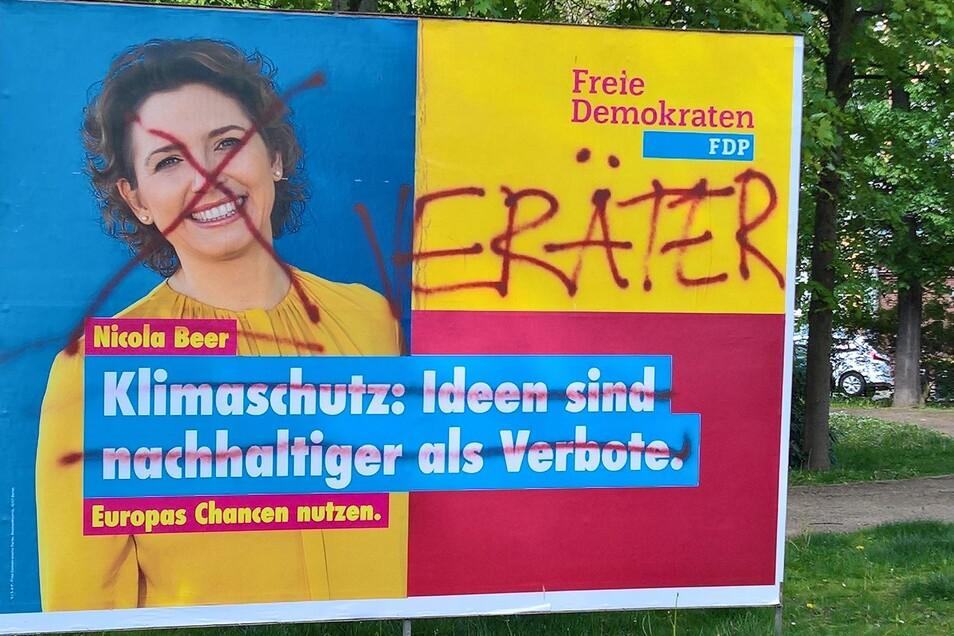 Verschandelt wie dieses zeigen sich mehrere Wahlplakate in Döbeln.