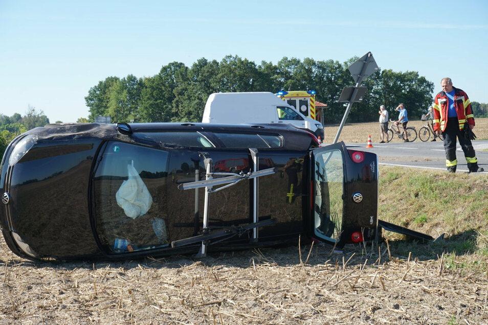 Ein VW-Golf ist am Donnerstagmorgen bei Camina auf einem Feld gelandet, nachdem er mit einem Laster kollidiert war.