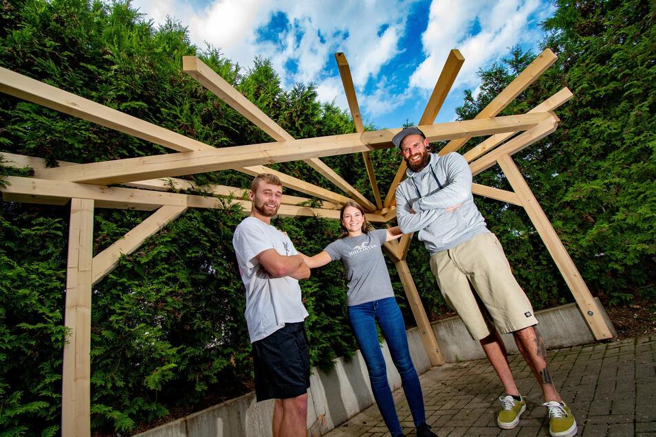 Florian Liebhaber (links) und Lena Fritzsche aus Grünlichtenberg haben mit Christian Fanter vom Flexiblen Jugendmanagement damit begonnen, am Jugendclub in Grünlichtenberg einen Grillplatz zu errichten.