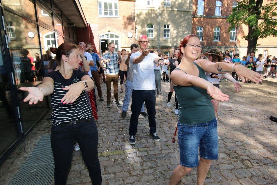 Nicht nur die Schüler waren am Freitag aktiv. Auch die Lehrer mussten ran: Ein Macarena-Tanz auf dem Schulhof war den Schülern zuliebe ein Muss.