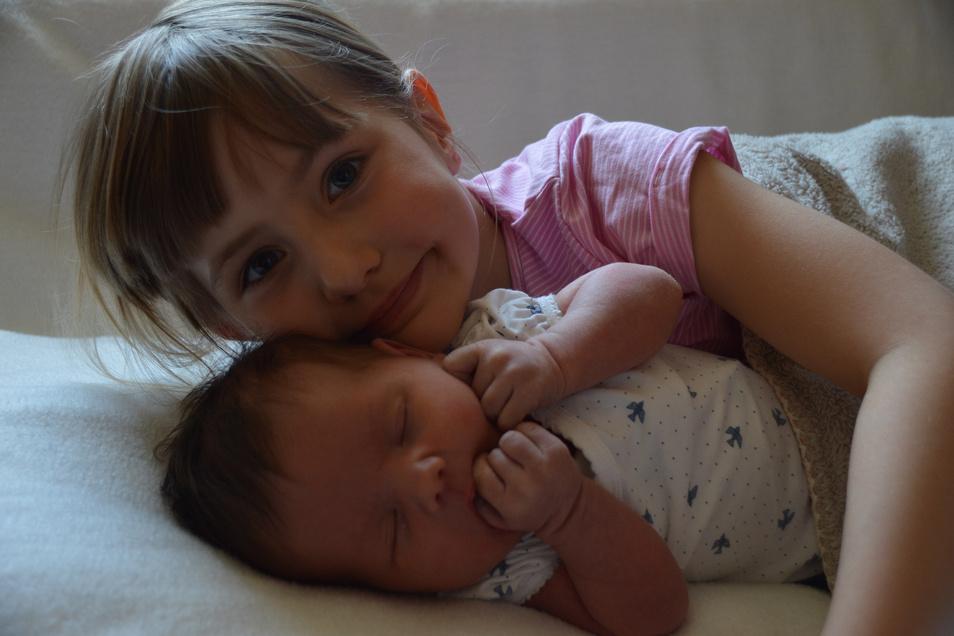 Charlotte mit Schwester Martha, geboren am 7. Mai, Geburtsort: Dresden, Gewicht: 3.970 Gramm, Größe: 49 Zentimeter, Eltern: Mariana Ruddies und Rocco Märker, Wohnort: Burkau