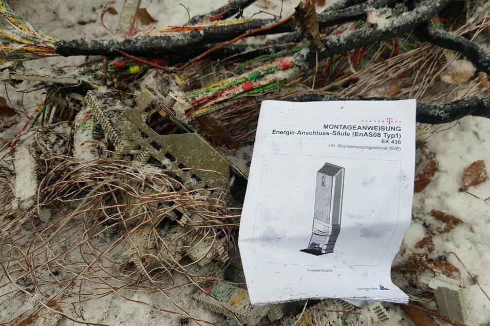 Dieser Kabelsalat blieb vom Verteilerkasten nach dem Unfall übrig. Die Montageanleitung liegt ironischerweise noch dabei.