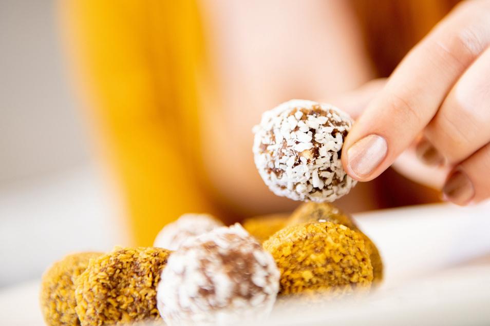 Energy Balls sind für den Körper besser als Schokopralinen. Unbegrenzt sollte man sie aber nicht naschen.