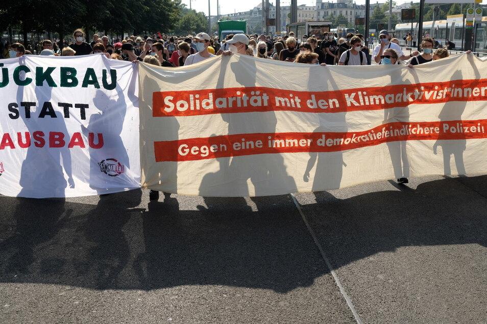 Leipzig: Teilnehmer einer Demonstration gehen mit Transparenten gegen den Ausbau des Flughafens Leipzig/Halle durch die Innenstadt.