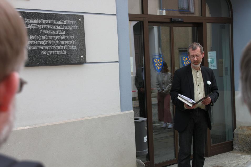 Nachdem die Tafel enthüllt war, erinnerte Pfarrer Joachim Rasch an seinen verstorbenen Freund Pavel Stransky. Er war einer der 600 Häftlinge, die am 20. April 1945 durch Bischofswerda getrieben wurden.