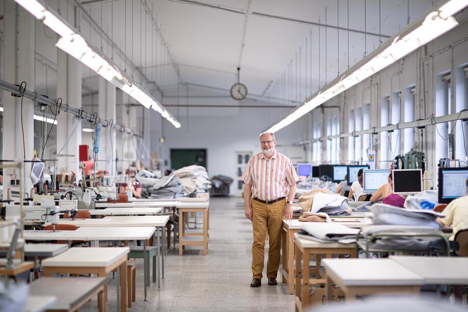 Andreas Käppler ist Firmenchef bei der Polstermöbel Oelsa GmbH in Rabenau. Das Traditionsunternehmen feierte 2019 seinen 150. Geburtstag. Seit der Wende wurden etwa 20 Millionen Euro in neue Maschinen und den Erhalt des Gebäudes gesteckt. Auch diese Firma hilft mit, den Engpass an Schutzausrüstung in Sachsen zu beseitigen.