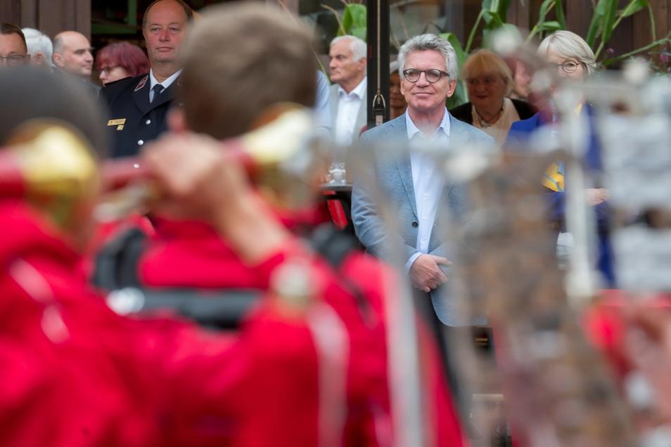 Noch ohne den Tambour-Stab. Thomas de Maizière steht vor dem Zabeltitzer Spielmannszug bei seiner Verabschiedung am Donnerstagabend im Gröditzer Dreiseithof. 150 Gäste waren gekommen.