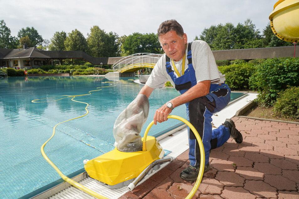 Schwimmmeister Dieter Mehnert kontrollierte im Freibad in Steinigtwolmsdorf an diesem Freitagmorgen den Filterbeutel eines Bodensaugers. An diesem Sonnabend öffnet das Bad wieder.