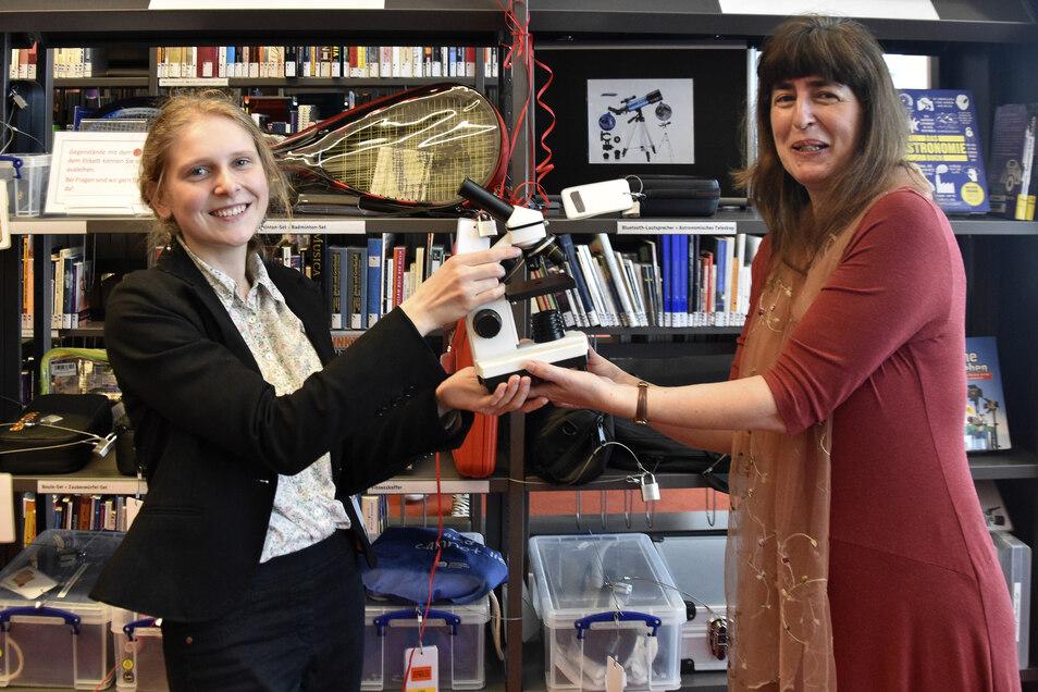 In der Dresdner Zentralbibliothek werden ab sofort nicht nur mehr Bücher verliehen. Projektleiterin Martina Reinhold (r.) leiht Nele Freitag ein Mikroskop aus.