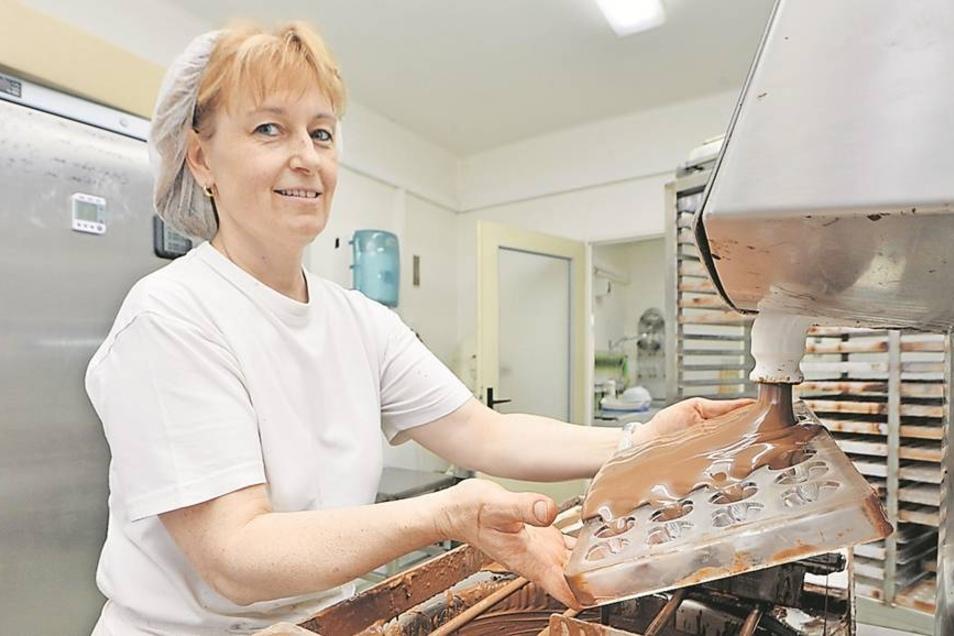 Lenka Ticha lässt warme Milchschokolade in die Form fließen. In beengten Räumen setzt die Deciner Firma mit dem klangvollen Namen Jordan & Timaeus eine Tradition fort, die vor fast 200 Jahren in Dresden begann.