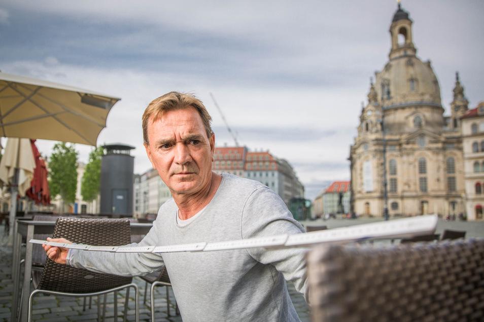 Thomas Widmann ist bereit für die Öffnung seiner Lokale in der Dresdner Innenstadt am Freitag. Auch auf der Terrasse gilt ein Abstand von 1,5 Metern.
