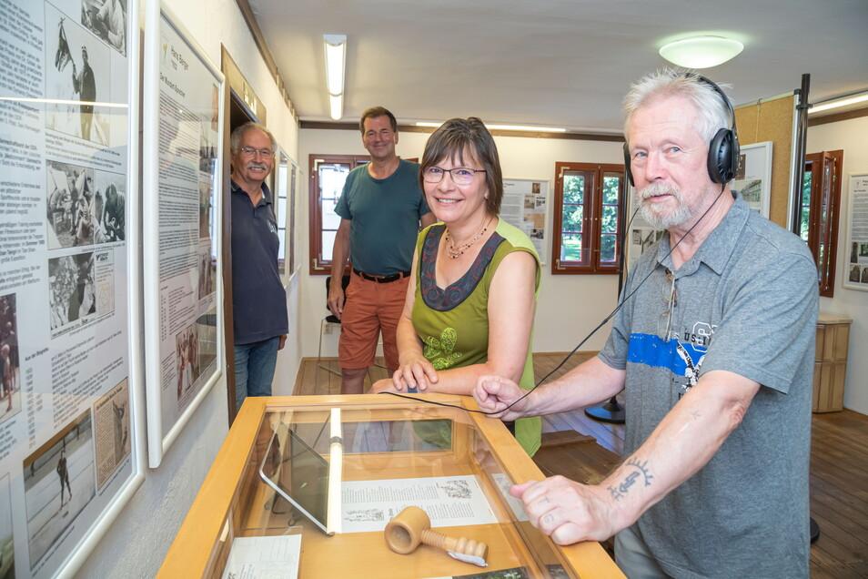 Die neue Ausstellung ist den berühmten Söhnen und Töchtern Niesky des 20. Jahrhunderts gewidmet. Ihre Macher sind: Otfried Plagwitz, Uwe Platner, Eva-Maria Bergmann und Hubert Teuchner (von links).