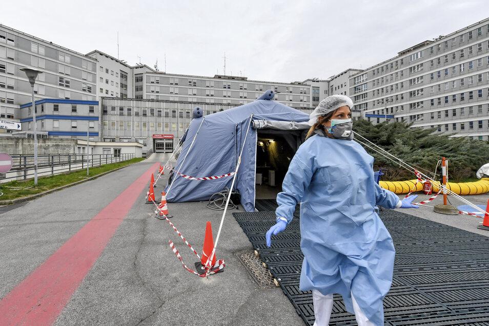 Eine Sanitäterin verlässt ein Zelt, das vor der Notaufnahme eines des Krankenhauses aufgebaut wurde.