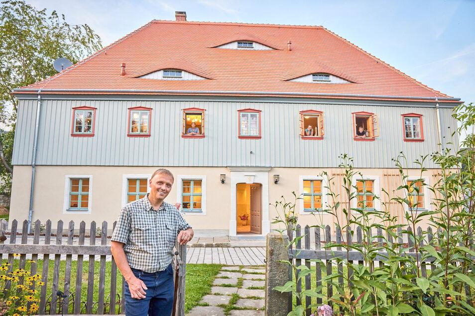 Dirk Häntzschel von der Kirchgemeinde vor dem sanierten Pfarrhaus in Porschendorf.