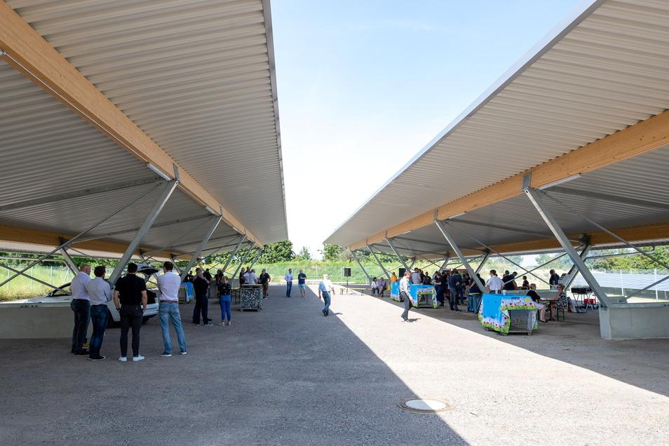 Geschützt von der Sonne hat die Firma PMG die Neuinvestition gefeiert.
