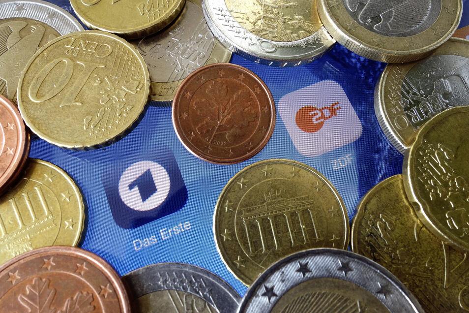 Der Rundfunkbeitrag soll von 17,50 Euro auf 18,36 Euro erhöht werden.