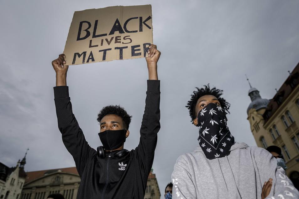 Junge Leute schlossen sich der Black Lives Matter-Bewegung an, die aus den USA über den großen Teich bis nach Görlitz schwappte, und demonstrierten auf dem Marienplatz.