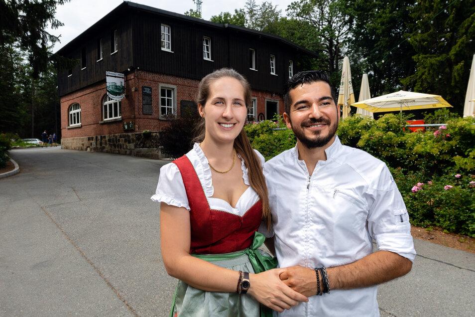 Anna Starke und ihr Partner Juan Bächi haben sich in der Schweiz gefunden. Seit 2016 bewirtschaften die Oberlausitzerin und der gebürtige Chilene gemeinsam die Bergwirtschaft auf dem Bieleboh.