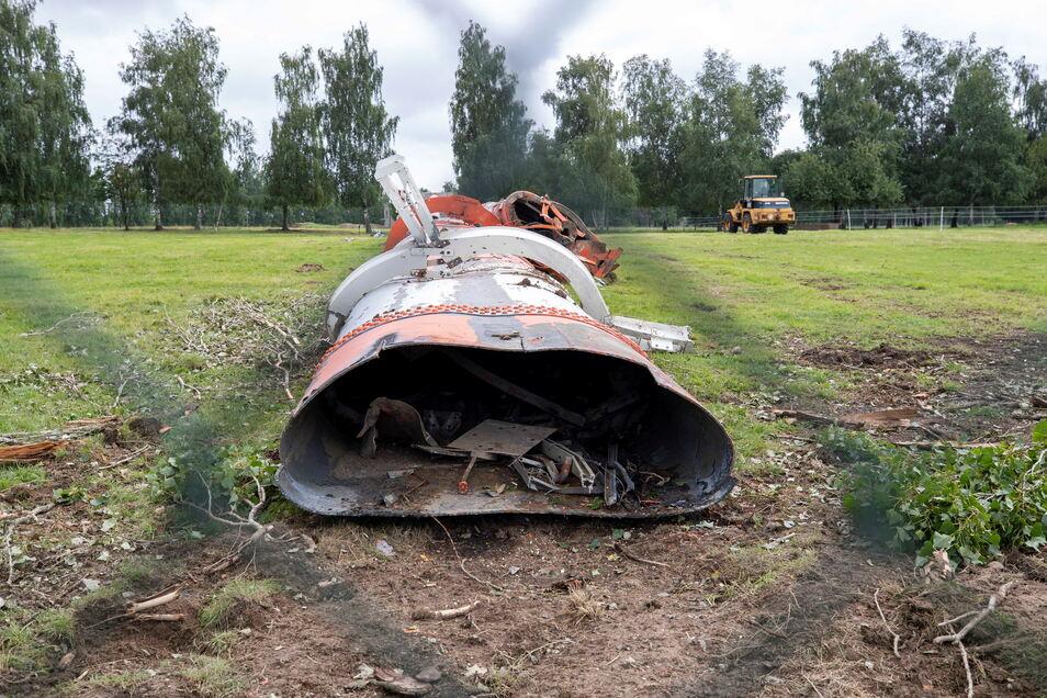 Die Überreste der Wilsdruffer Riesenantenne liegen auf dem Boden. Er ist kein Wahrzeichen mehr.