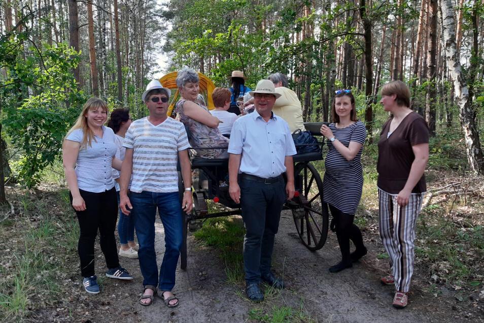 Mit einer Kutschfahrt wurde der Elsterheider Bürgermeister Dietmar Koark am Freitag Nachmittag von seinen Mitarbeitern überrascht. In dieser Woche hatte der 57-Jährige sein 30-jähriges Dienst-Jubiläum als Bürgermeister.