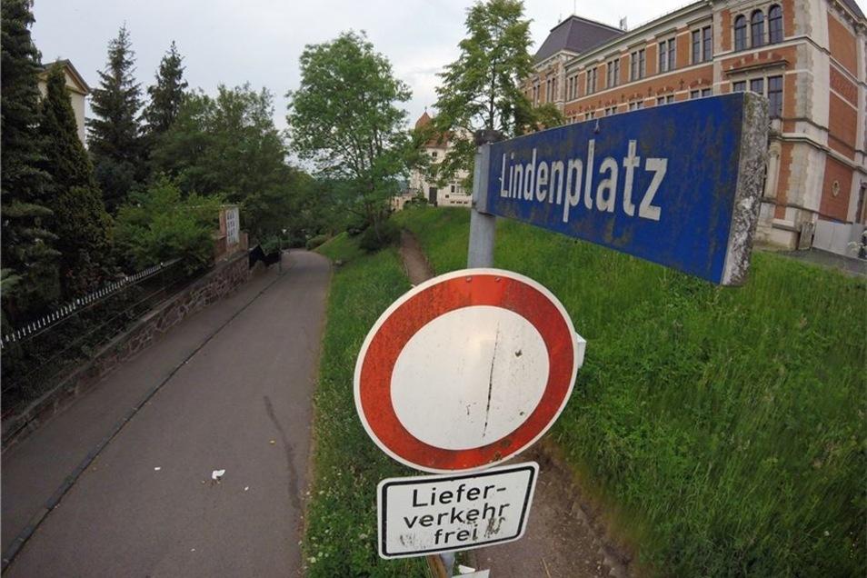 Der Lindenplatz (sogenannter Kindergartenberg) soll in Richtung Bergstraße für den stadtauswärts fließenden Verkehr geöffnet werden. Die Anwohner halten das für gefährlich.