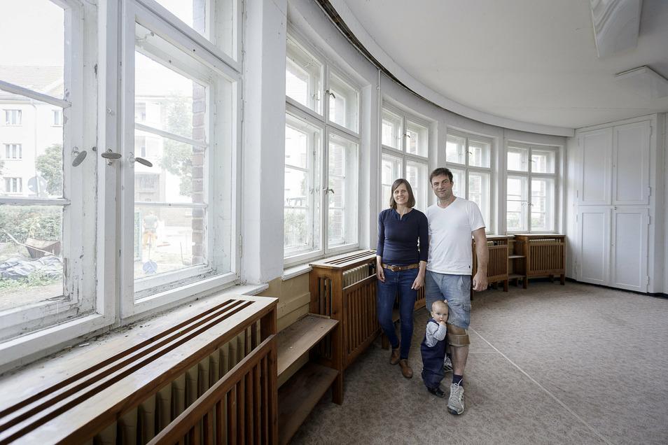 Elisa und Gerd Weise stehen mit ihrer Tochter in dem großen Parterreraum, der einst als Schlafzimmer für die Kinder diente.