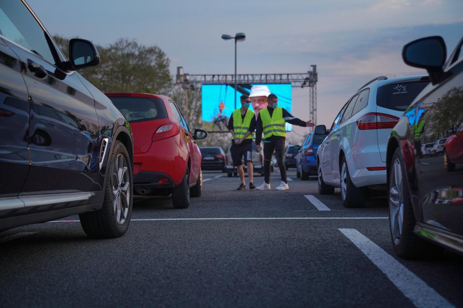 Zwischen den einzelnen Fahrzeugen sollte ein Abstand von zwei Metern bleiben.