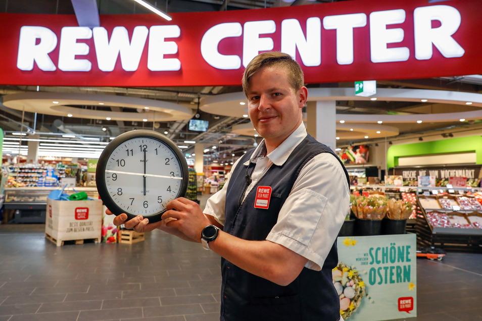 Marktleiter Sven Hübschmann hat an der Uhr gedreht: Rewe öffnet diese Woche bereits um 6 statt erst um 7.