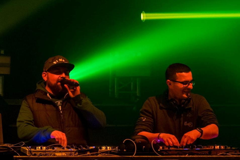 Neben DJ Flooo (rechts) und dem gebürtigen Strehlaer Mr. D. (l.) wollen noch zwei weitere DJs bei der Benefizveranstaltung auflegen.