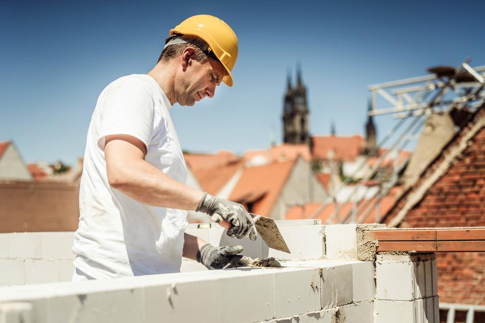 SPD-Spitzenkandidat Martin Dulig hat – wie hier in Meißen – in Wahlkampfzeiten jeweils einen Tag als Praktikant in verschieden Berufen und Firmen gearbeitet.