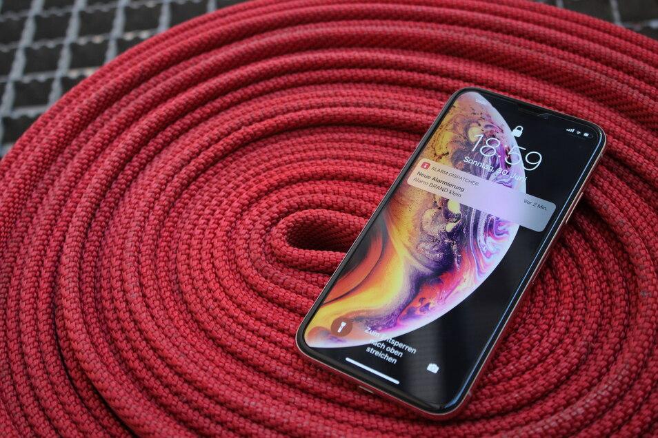 Über das Smartphone sollen Feuerwehrleute noch sicherer über Einstätze informiert werden.