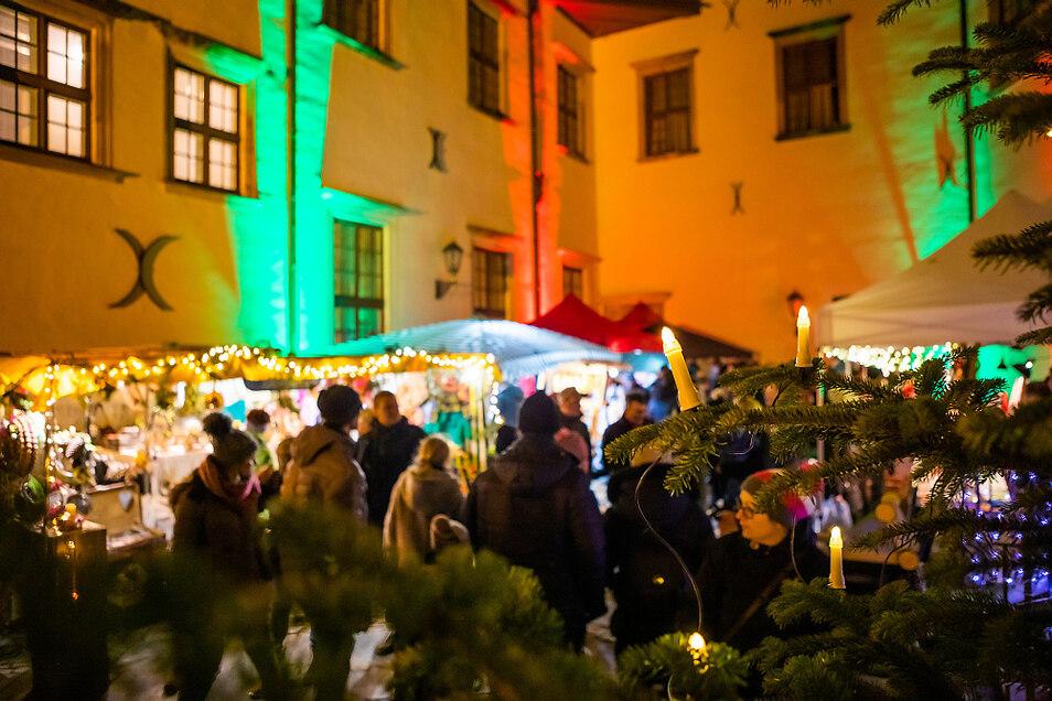Weihnachtsmarkt im Innenhof der Schlosses in Hoyerswerda