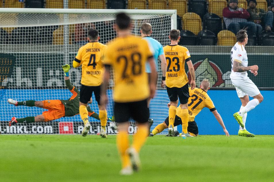 Wiesbadens Manuel Schäffler (rechts) erzielt das vermeintliche Tor zum 1:0. Dem Treffer wurde nach Videobeweis die Anerkennung verwehrt.