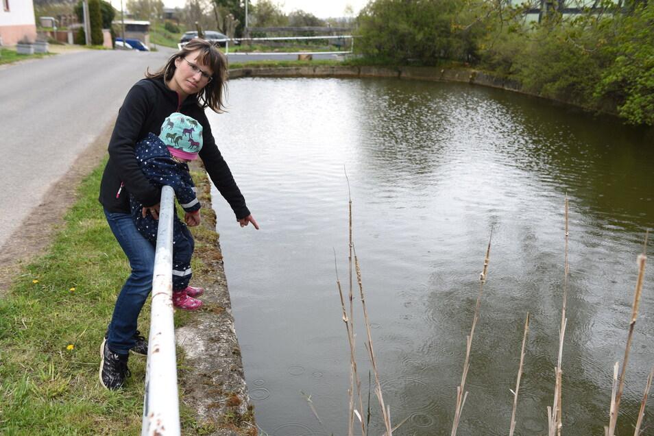 Melanie Seidel (hinten) war am 25. April mit ihren Kindern im Harthaer Ortsteil Saalbach unterwegs. Im Dorfteich fanden sie dann einen toten Welpen.