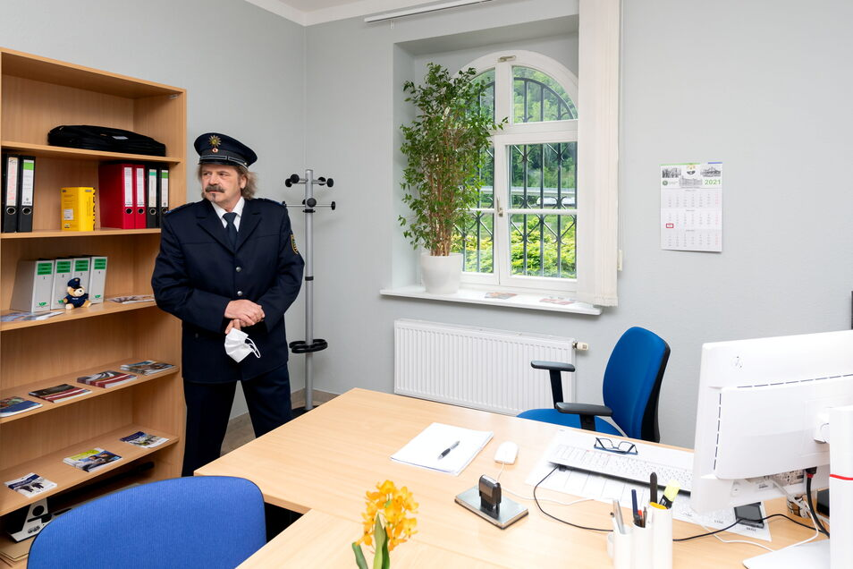 Bürgerpolizist Peter Palm in seinem neuen Büro im Rathaus von Bad Schandau.