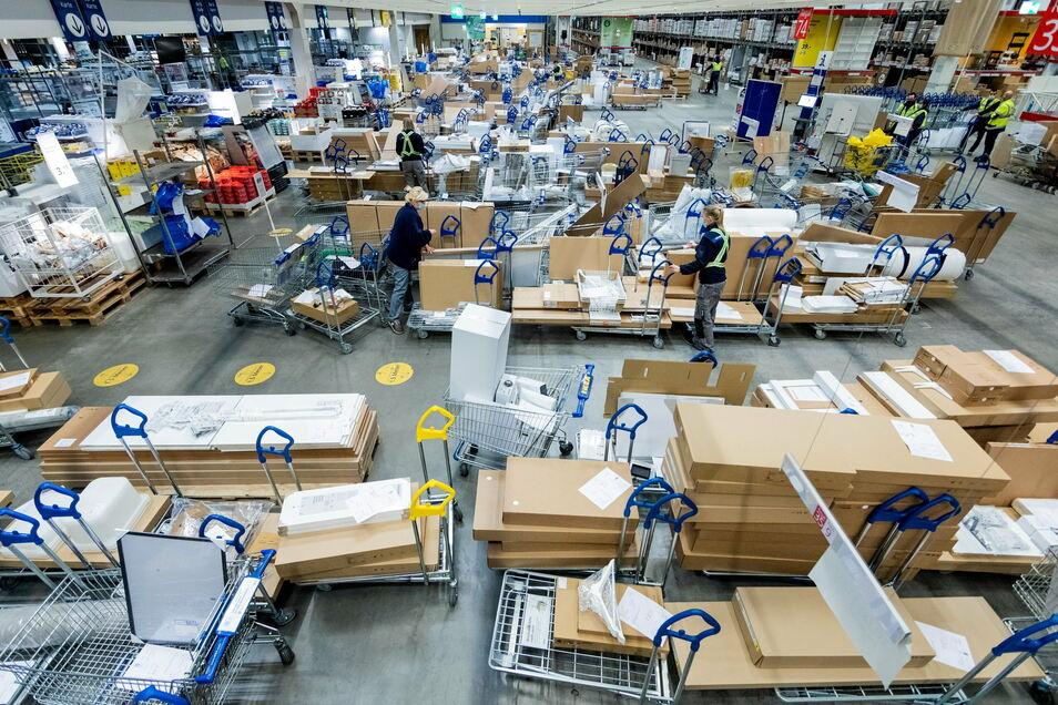 Die Mitarbeiter suchen im Kassenbereich des Ikea-Marktes in Düsseldorf online bestellte Ware, die sie zuvor für bestimmte Abholzeiten zusammengestellt haben. Die Kunden können die Waren am Abholschalter kontaktlos abholen. Das soll nun auch in Dresden mög