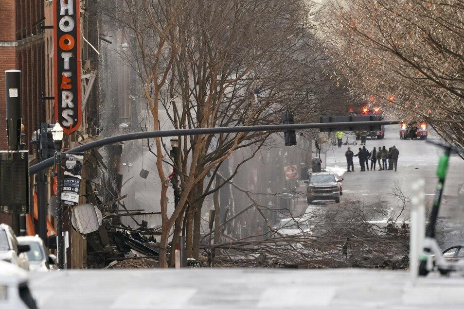 Einsatzkräfte untersuchen den Ort der heftigen Explosion.