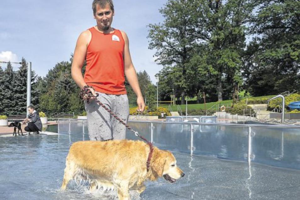 Normalerweise haben Hunde im Freibad Cunewalde keinen Zutritt. Schwimmmeister Rico Koslowski - hier ein Bild von 2017 - macht am 22. September aber eine Ausnahme.