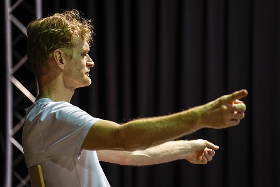 Die Choreografie der Bewegungsszenen hat Tanz- und Yogalehrer Patrick von Bardeleben übernommen. Der frühere Breakdance-Meister gibt den jungen Leuten auf der Probebühne die entscheidenden Fingerzeige.